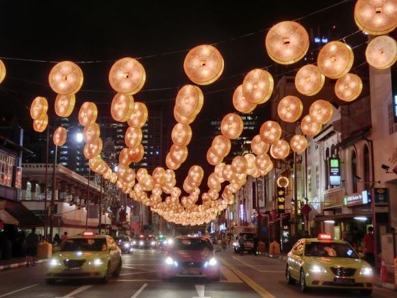 道路はライトアップされています|旧正月のシンガポール・チャイナタン