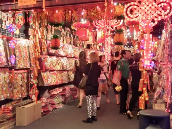 旧正月のデコレーショングッズを売る店|旧正月のシンガポール・チャイナタン
